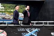 부산 온 美핵추진잠수함 오른 송영무 국방