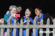 김정숙 여사, APEC 정상 배우자들 만나 내조 외교