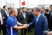 베트남 도착한 문재인 대통령, '베트남 영웅' 박항서 감독 만나 격려