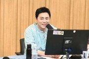 """""""목소리 너무 좋아요""""…조정석 '라디오 DJ' 데뷔, 호평일색"""