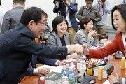 """與 일부의원들 """"최저임금위서 결정해야""""… 환노위 밤새 진통"""