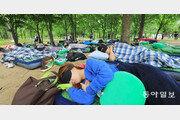 잠 부족한 청춘들… 숲속서 한나절 '꿀잠'