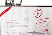 """""""문법은 F"""" 빨간줄 쫙쫙 그어진 트럼프 편지"""