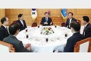 문재인 대통령-검찰총장 독대서 '수사권 조정' 의견 충돌