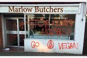 채식주의자들의 공격… 정육점 부수고 치즈가게 '낙서 테러'