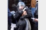 수행비서가 시위대 무차별 폭행… 정치적 위기 휩싸인 마크롱
