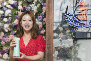 막걸리잔에 꽃잎 동동… SNS 타고 입소문 솔솔