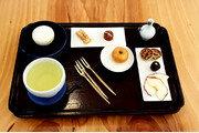 [임선영 작가의 오늘 뭐 먹지?]떡과 전병과 함께 즐기는 차 한잔의 여유