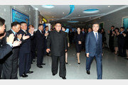 文대통령, 대동강 수산물식당 방문…평양시민 박수치며 환영