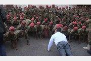 에티오피아 총리가 시위 군인들과 팔굽혀펴기 한 사연은?