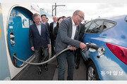 파리서 현대 수소車 충전 지켜보는 문재인 대통령