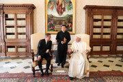 """[속보] 文대통령과 접견한 교황 """"北에 갈수있다…한반도 평화 강력 지지"""""""