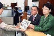 한국당, 조명균 통일장관 해임건의안 국회 제출…與 강력 반발
