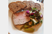 [식객 이윤화의 오늘 뭐 먹지?]허브향 스민 돼지고기 '파테드캉파뉴'에 와인 한잔