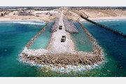 육지 이어 바다 위에도 장벽… 가자지구는 '지붕없는 감옥'