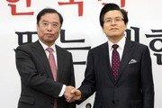 황교안 한국당 첫날…일일이 '악수 정치' 당권주자 행보