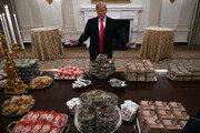 """트럼프 """"햄버거 만찬 좋았다""""…CNN """"트럼프다운 설정"""""""