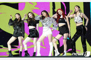 """'데뷔' ITZY """"트와이스는 러블리…우리는 걸크러시"""""""