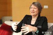 """클라크 전 뉴질랜드 총리 """"여성에게 레드카펫 깔아주는 사회는 없습니다"""""""