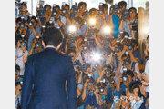 [사진기자의 '사談진談']의원님, 카메라 말고 국민을 보셔야죠