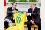 브라질 축구대표팀 유니폼 선물받은 트럼프