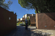 美, 스페인 北대사관 습격 '자유조선' 회원 뒤늦게 체포…커지는 의문들