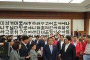 """""""오신환 사보임 불허하라""""…한국당, 文의장실 한때 점거"""