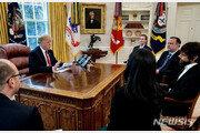 """트럼프, 트위터 CEO만나 """"팔로워 줄고 있다"""" 문제 제기"""