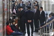 """""""패스트트랙 저지""""…한국당, 사개·정개 특위 회의장 점거"""