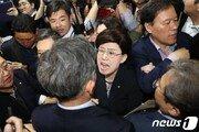 '패스트트랙 법안 접수' 의안과 앞 아수라장…국회, 경호권 발동