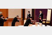 """나루히토 """"평화 간절히 희망""""… 부친과 달리 '헌법수호'는 언급안해"""