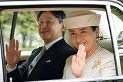 """거리 몰려나온 일본인들 """"오메데토 레이와""""… 0시 맞춰 결혼식도"""