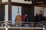 나루히토 일왕, 궁중 신전에 즉위 고하는 의식 치러
