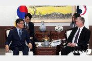 """김연철 """"오늘 만남 중요""""…美비건 """"면담 기대하고 있다"""""""