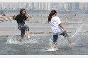 초여름 같던 날씨…물놀이로 더위 날리는 학생들[퇴근길 한 컷]