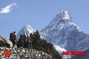 에베레스트 등반 중 '병목구간'서 순서 기다리다가…3명 사망