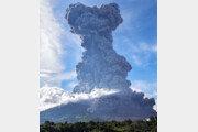 인도네시아 시나붕 화산 폭발… 화산재 7km 치솟아