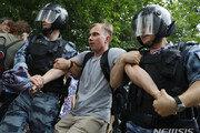 러시아, 부패 보도 기자 체포 항의 시위자 200명 이상 체포