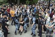 기자는 풀려났는데…러시아 '언론자유' 시위서 400명 체포