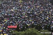 홍콩 시민, 캐리 람 행정장관 사퇴 요구 '검은 대행진' 시작