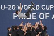 [퇴근길 한 컷]U-20 대표팀 선수들 헹가래에 높이 날아오른 정정용 감독
