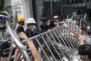 홍콩 시위대, 입법회·경찰본부 봉쇄…인도법 완전철회 요구