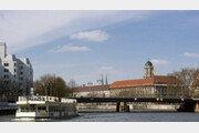 베를린 다리 위에서 실례…유람선 관광객들 봉변