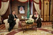 """폼페이오, 사우디 국왕 및 왕세자 만나 """"생산적 대화"""""""