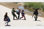 美국경 비극담은 또다른 사진…'저지당하는 니카라과 모녀'