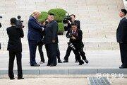 '병풍'으로 동원된 인민들…김정은 사진이 트럼프 사진을 닮아간다