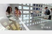 [퇴근길 한 컷]한일 무역전쟁 '전운'…삼성전자 딜라이트 샵 둘러보는 관람객