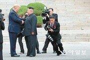 김정은 사진이 트럼프 사진을 닮아간다[사진기자의 '사談진談']