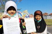 """인도네시아 소녀들 """"쓰레기 가져가세요"""" 트럼프에 편지"""
