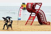 [퇴근길 한 컷]'입수금지' 태풍에 묶여있는 물놀이기구들